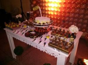 Tinha esta mesa com cupcakes e outros doces,e mais uma.